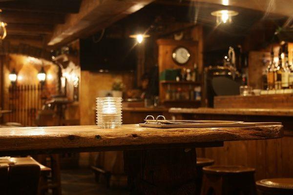 Thekenhilfe / Commis de Bar